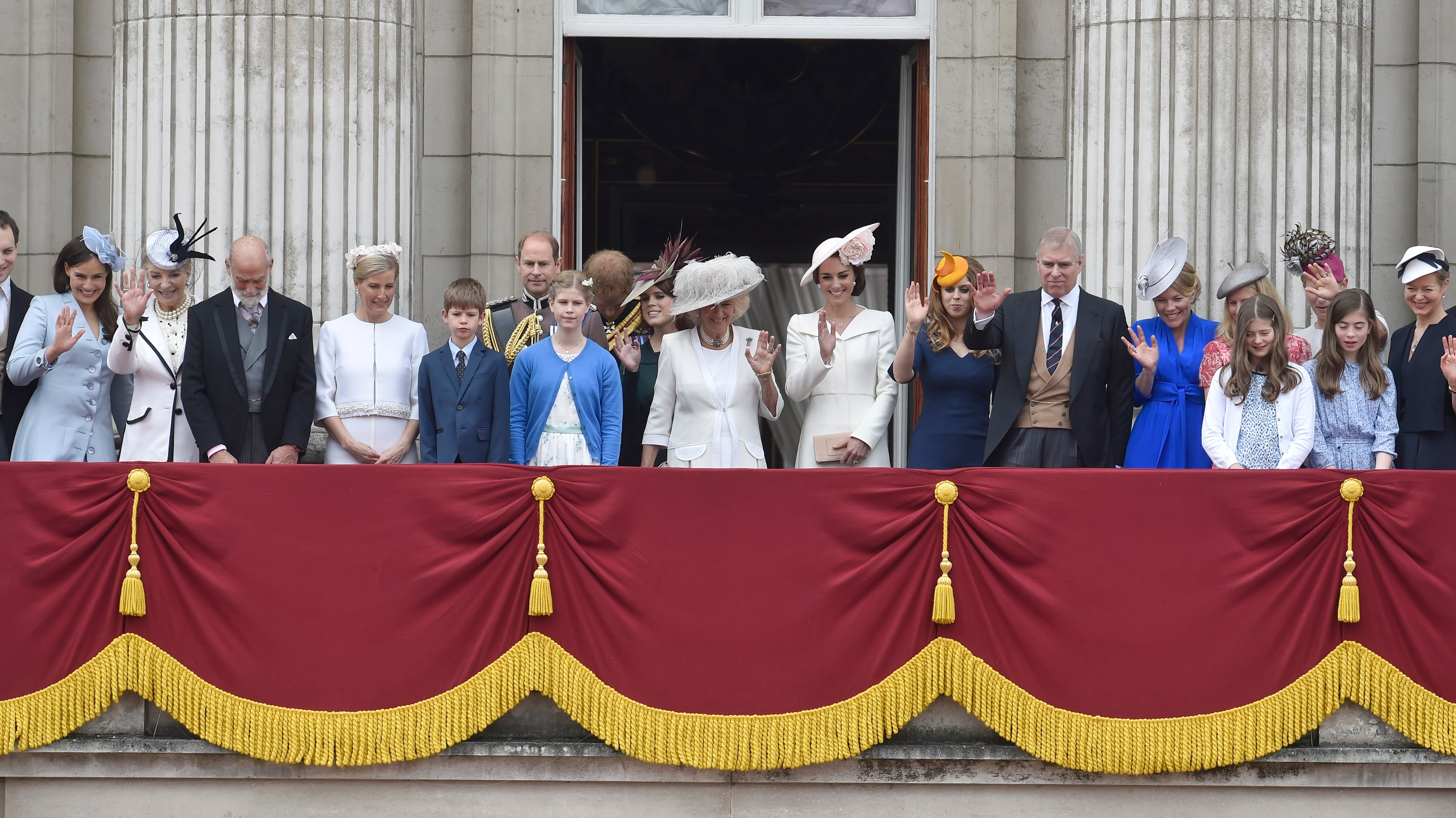 Royal family gathers on buckingham palace balcony itv news for Queen elizabeth balcony