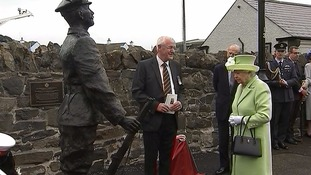 The Queen unveils the statue