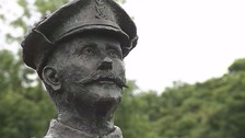 Queen unveils statue of heroic First World War soldier