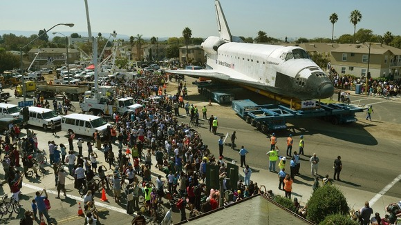 US space shuttle Endeavour turns on Crenshaw Drive in Los Angeles