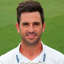 Essex County Championship captain Ryan ten Doeschate has extended his contract with the club