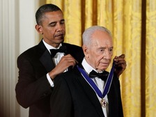 Obama presents the presents the Presidential Medal of Freedom to Shimon Peres in 2012.