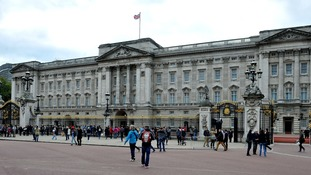 Man arrested after climbing Buckingham Palace gate