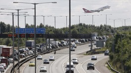 Third Heathrow airport runway 'could be built over M25'
