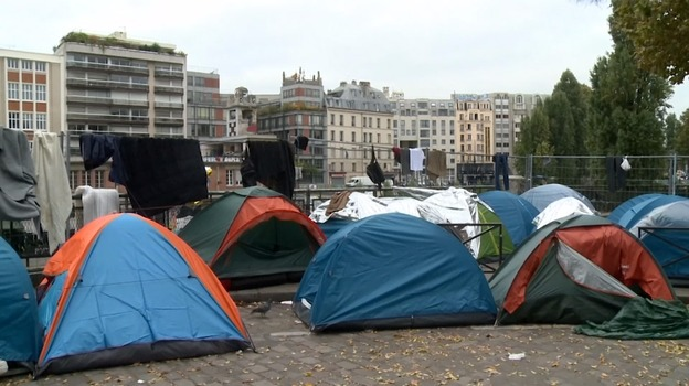 migrants heading to paris as calais 39 jungle 39 clears itv news. Black Bedroom Furniture Sets. Home Design Ideas