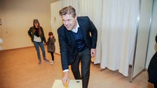 Bjarni Benediktsson of the Independence Party votes.