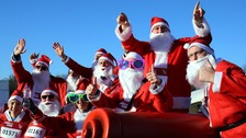 Thousands run as Santa Claus raising money for charity.