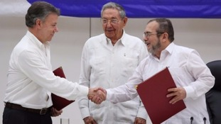 Juan Manuel Santos and Farc rebel leader Rodrigo Londoño have an historic handshake.