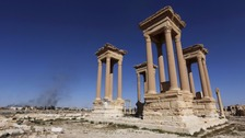Russia air strikes 'force IS to retreat Syrian city of Palmyra'