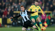 Newcastle United's Jack Colback (left) and Norwich City's Wes Hoolahan battle for the ball