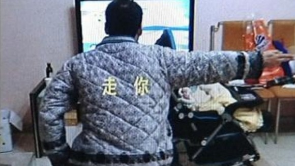 The 'carrier-style' pose sweeping China's social networking site Weibo