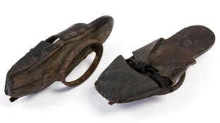 The flat metal ring below the shoe created a platform of several inche‎s.