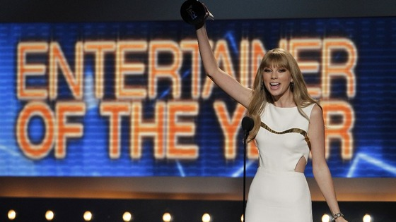  Taylor Swift accepts the award for entertainer of the year at the 47th annual Academy of Country Music Awards in Las Vegas