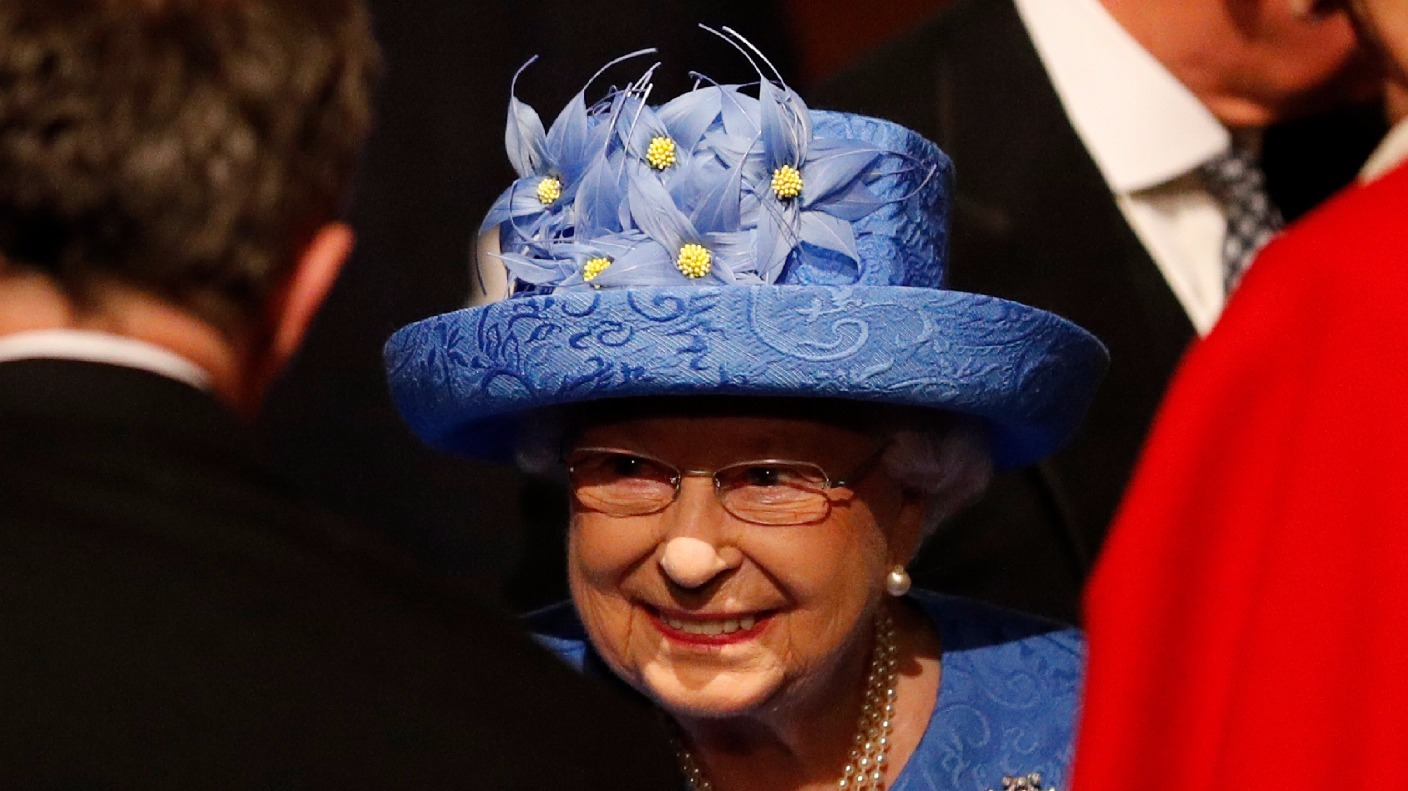 the queen 39 s speech outfit sparks rumours she was sending a secret message about brexit itv news. Black Bedroom Furniture Sets. Home Design Ideas