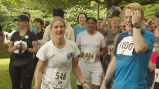 Jo's sister Kim Leadbeater (L) with Eddie Izzard (R) at the start of the race