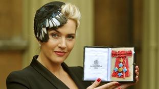 Kate Winslet holding her CBE.