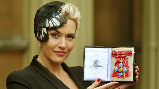 Kate Winslet holding her CBE.