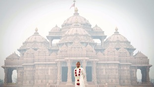 Sadiq Khan braves Delhi's appalling smog to visit the Akshardham Hindu Temple