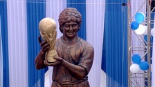 Which footballer is this statue meant to look like?