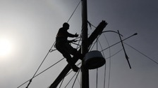 Sailor up dismasted yacht