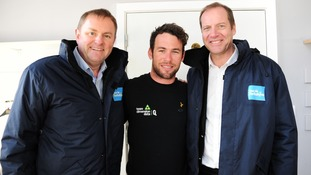 Cavendish with race organisers Sir Gary Verity (L) and Christian Prudhomme
