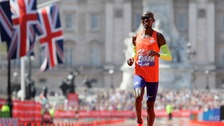 Sir Mo Farah breaks British record in hottest London Marathon