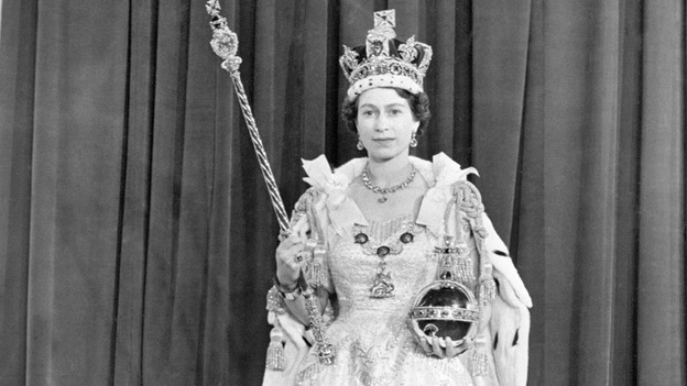 Queen\u0027s coronation outfit on show for 60th anniversary