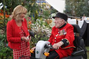 Felicity Kendal talks to a Chelsea Pensioner.