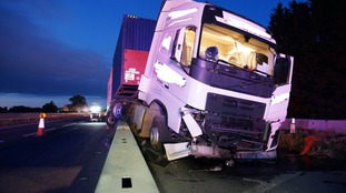 The lorry crashed into the barrier.