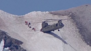 Chinook performs incredible two-wheel mountainside landing to rescue climber in Oregon