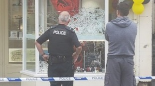 The men smashed the Wellington jewellers' window.