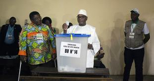Ibrahim Boubacar Keita casts his ballot