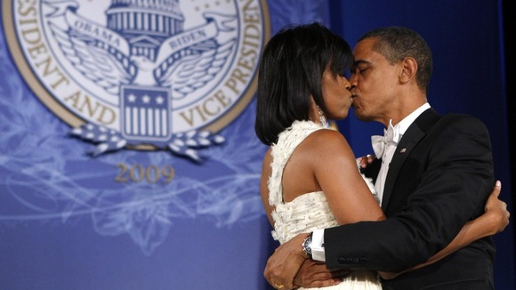 The Obamas kiss 