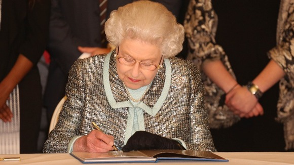 The Queen signs the Commonwealth&#x27;s historic charter.