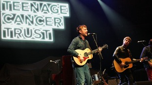 Damon Albarn perform's Blur's 1999 hit Tender with the help of one-time rival Noel Gallagher.