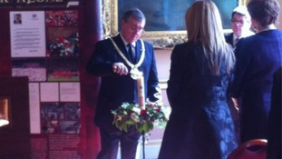 Mayor lights candle