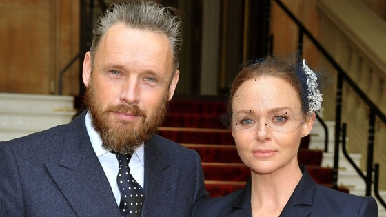 Fashion designer Stella McCartney arrives at Buckingham Palace with husband Alasdhair Willis.