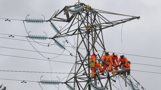 Engineers try to fix a damaged pylon in Kintyre, Scotland