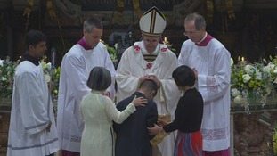 The pontiff baptised many faithful during the Easter mass.