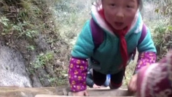 Chinese children tackle 70m cliff climb on school route - ITV News