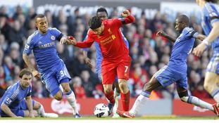 Luis Suarez running at the Chelsea defence
