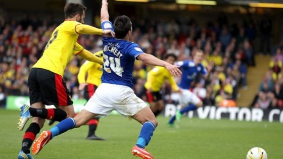 Leicester City&#x27;s Anthony Knockaert (right) is fouled by Watford&#x27;s Marco Cassetti (left) to concede the penalty