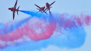 Red Arrows rehearse as temperatures soar