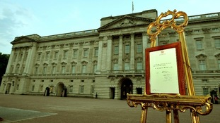 The easel with the official announcement outside Buckingham Palace.