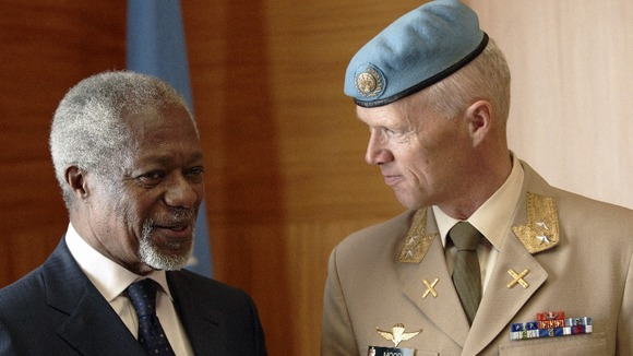 Joint Special Envoy for Syria Annan speaks with Major-General Mood of Norway during a meeting at the UN in Geneva.