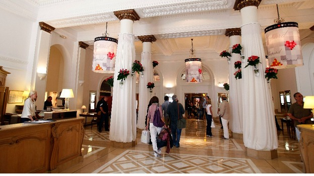 Cannes jewels 39 worth 88m 39 itv news - Hotel carlton cannes prix chambre ...
