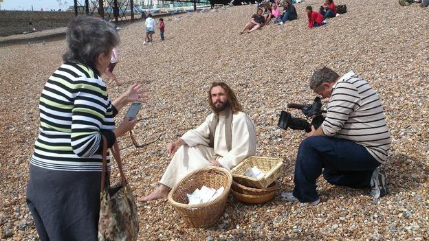 Feeding the 5,000 on the beach - ITV News