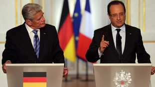 French President Francois Hollande (R) and German President Joachim Gauck attend a joint news conference at the Elysee Palace in Paris