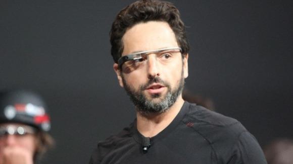 Fundador do Google Sergey Brin com Google Vidro