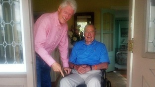 Former US President Bill Clinton (L) with his predecessor George Bush Snr